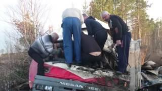водилы извлекают коллегу из покареженной машины