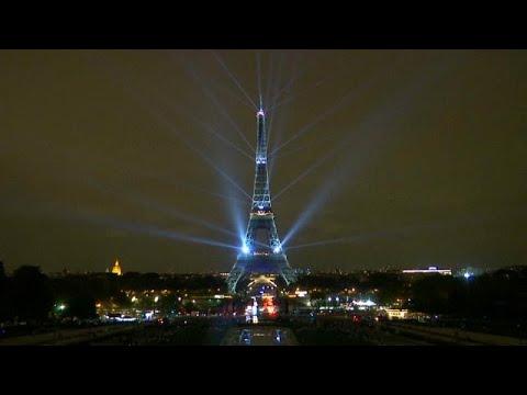 العرب اليوم - شاهد: برج إيفل يضيء بالأنوار احتفالًا بموسم الثقافة اليابانية