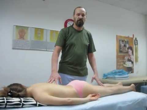 小学生を上半身裸にしたあげく診察と称し無垢な肉体を触りまくる・・