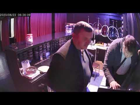 В Ленске пьяные посетители организовали обыск в кафе. Видео