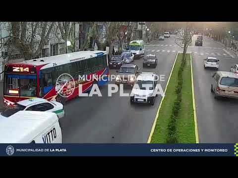 Heridos tras un choque entre un micro y un auto en 1 y 49