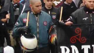 Nazi espainiarrak polizia espainiarraren kaskoekin | Vallecas, Madril. 2009ko martxoak 28.