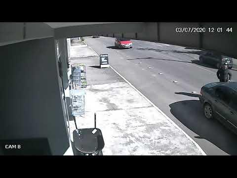 Criança cai de carro em movimento