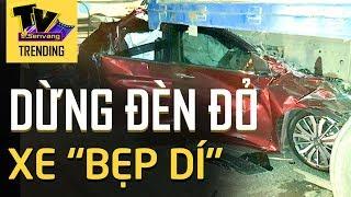 Xe hơi chở cả gia đình DỪNG ĐÈN ĐỎ bất ngờ bị TÔNG MẠNH từ phía sau khiến chiếc xe BẸP DÚM