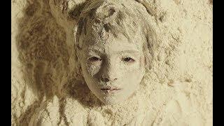 少女从小被母亲厌恶,狠心埋进面粉里,从没见过这样的亲妈
