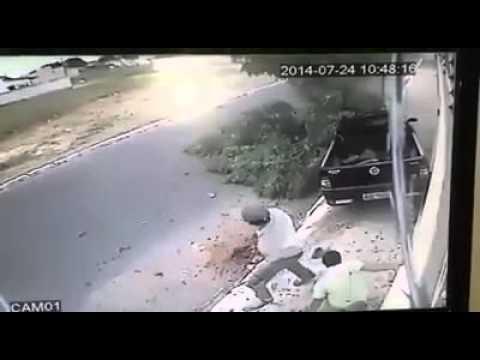 Camera quan sát ghi được cảnh thoát chết thần kì