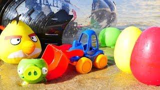 Энгри Бердс и Грейдер играют в песке - Детское видео