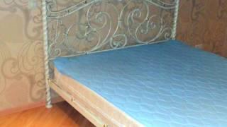 Белая кованая кровать в интерьере спальни