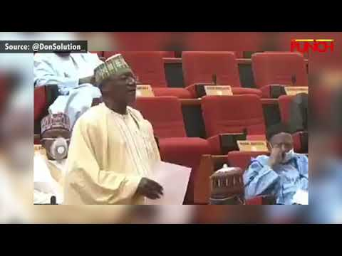 Γερουσιαστής στο κοινοβούλιο της Νιγηρίας έβγαλε τη μάσκα του για να φτερνιστεί