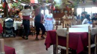 China bailando cueca con 2 huasos 18 de septiembre fiestas patrias
