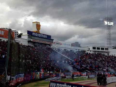 """MAFIA AZUL GRANA RECIBIMIENTO"" Barra: Mafia Azul Grana • Club: Deportivo Quito • País: Ecuador"