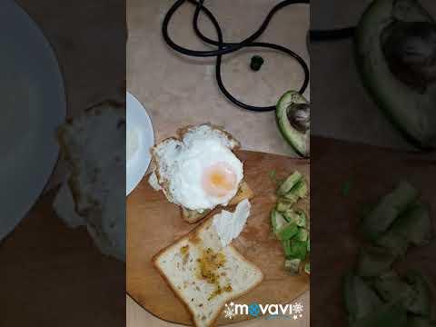 Сендвич с авокадо на завтрак