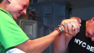 preview picture of video 'Arm Wrestling Duel - Ben vs. Flo'