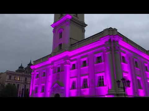Wideo1: Leszczyński Ratusz podświetlony na różowo w Europejski Dzień Walki z Rakiem Piersi.