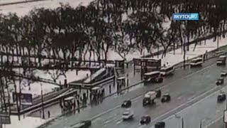 Момент аварии с пассажирским автобусом у метро «Славянский бульвар» попал на видео