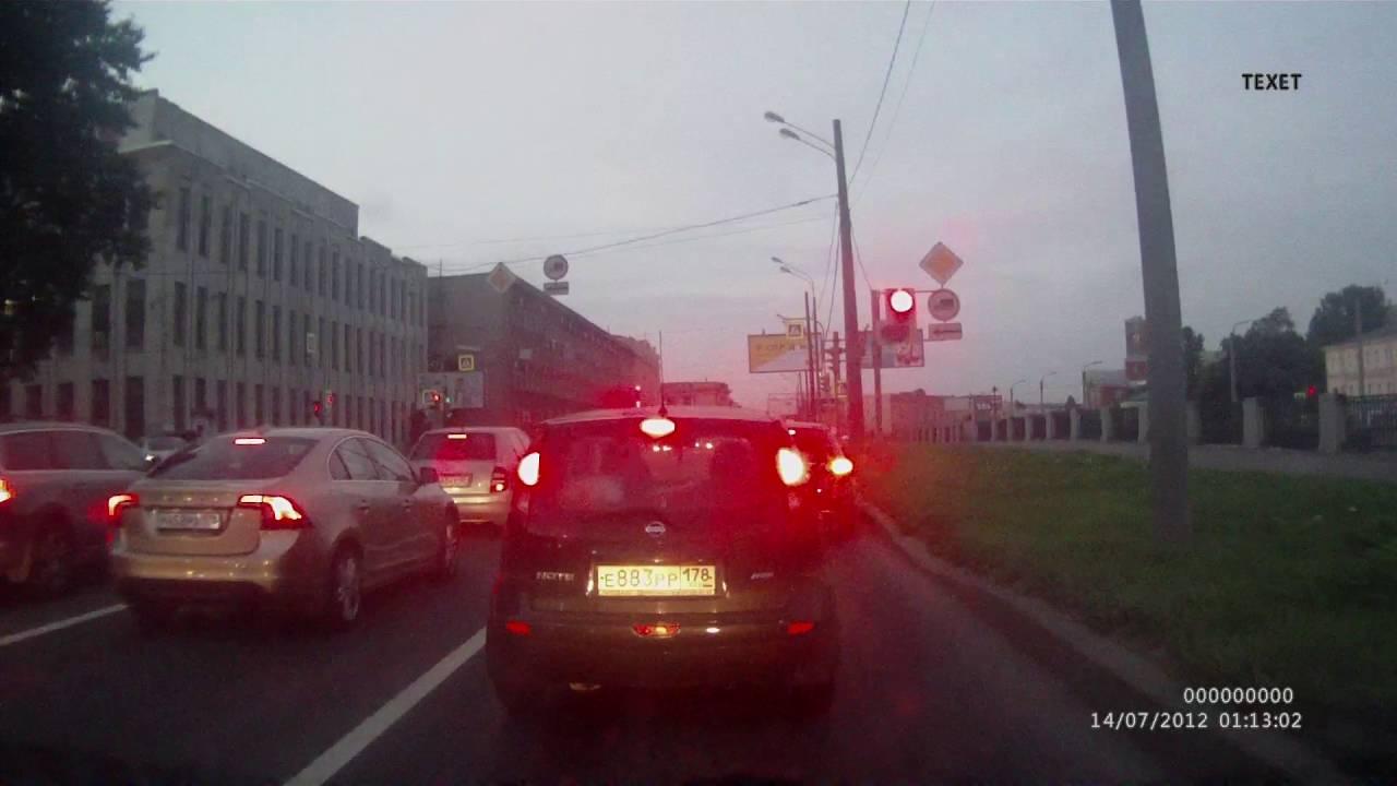 На Набережной Обводного канала в Санкт-Петербурге спешащий мотоциклист не соблюдал дистанцию и влетел в автомобиль