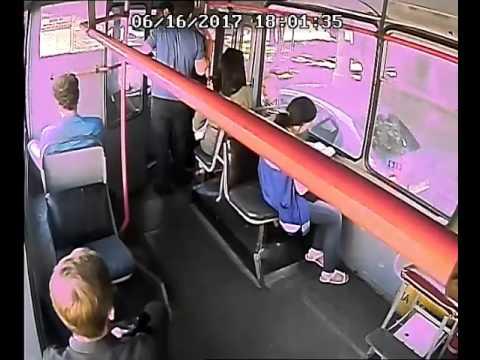 В Краснодаре двое избили водителя троллейбуса и кондуктора. Это попало на камеру