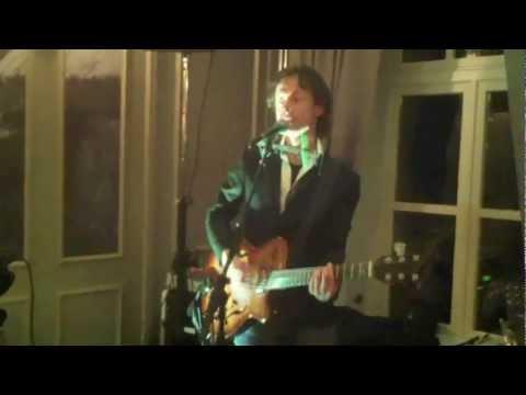 Zanger gitarist troubadour Casper bij Hof van Oldeberkoop. Gezellig feest met live muziek.