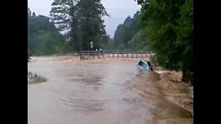 preview picture of video 'Wola Jachowa - woda przelewa się przez most.'