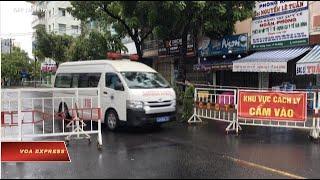 """#VOATIENGVIET #VOAEXPRESS Tin tức: http://www.facebook.com/VOATiengViet, http://www.youtube.com/VOATiengVietVideo, http://www.voatiengviet.com. Nếu không vào được VOA, xin các bạn hãy vào http://vn3000.com để vượt tường lửa. Thời sự Việt Nam: Việt Nam báo cáo 2 ca tử vong vì COVID. Việt Nam có tử vong vì COVID, dân bắt đầu lo lắng. Sài Gòn đóng cửa quán bar đề phòng COVID. Ca sĩ Việt bị phạt vì 'tin giả' liên quan đến Phó Thủ tướng. Ngân hàng Thế giới viện trợ Việt Nam chống COVID. Ngày Vận động cho nhân quyền Việt Nam 2020 khai diễn.  Tin thế giới: Philippines hứa miễn phí vaccine chống COVID cho dân nghèo. Hong Kong hoãn bầu cử vì COVID. Tây Ban Nha: Số ca nhiễm COVID tăng vọt. Người Hồi giáo ném đá quỉ dữ trong nỗi lo COVID. Iran từ chối đàm phán với Mỹ.  Phóng sự: Pompeo: Với Trung Quốc, hãy nghi ngờ và kiểm chứng. Nga bị cáo buộc ăn cắp thông tin nghiên cứu vaccine COVID. Các công sở ở thủ đô Mỹ giữa dịch COVID  Và chương trình Học tiếng Anh của Đài VOA.  --  Việt Nam báo cáo 2 ca tử vong đầu tiên vì COVID trong lúc đối mặt với đợt bùng phát mới sau 99 ngày không có ca lây nhiễm trong cộng đồng, theo loan báo trên Facebook của chính phủ Việt Nam tối 31/7.  Một ca sĩ trẻ được biết tiếng ở Việt Nam vừa bị Sở Thông tin và Truyền thông thành phố Hồ Chí Minh phạt 7,5 triệu đồng vì """"đưa thông tin sai sự thật"""" về Covid-19, liên quan đến phát biểu của Phó Thủ tướng Vũ Đức Đam.  Ngân hàng Thế giới (WB) vừa ký kết cung cấp khoản viện trợ không hoàn lại trị giá 6,2 triệu USD cho Việt Nam giữa lúc đại dịch tái bùng phát.  Chiến dịch vận động nhân quyền thường niên mang tên Ngày Vận động cho Việt Nam 2020 khai diễn sáng ngày 31/7. Đây là dịp các nhà lập pháp trong Quốc hội Hoa Kỳ lắng nghe nguyện vọng của các nhà hoạt động người Việt từ khắp nơi trên thế giới kể cả Việt Nam, trong nỗ lực gây chú ý về tình hình tự do tôn giáo và nhân quyền ở Việt Nam.  Tổng thống Philippines Rodrigo Duterte  ngày 31 tháng 7 gia hạn các lệnh cấm tại thủ đô Manila để phòng chống COVID cho đến """