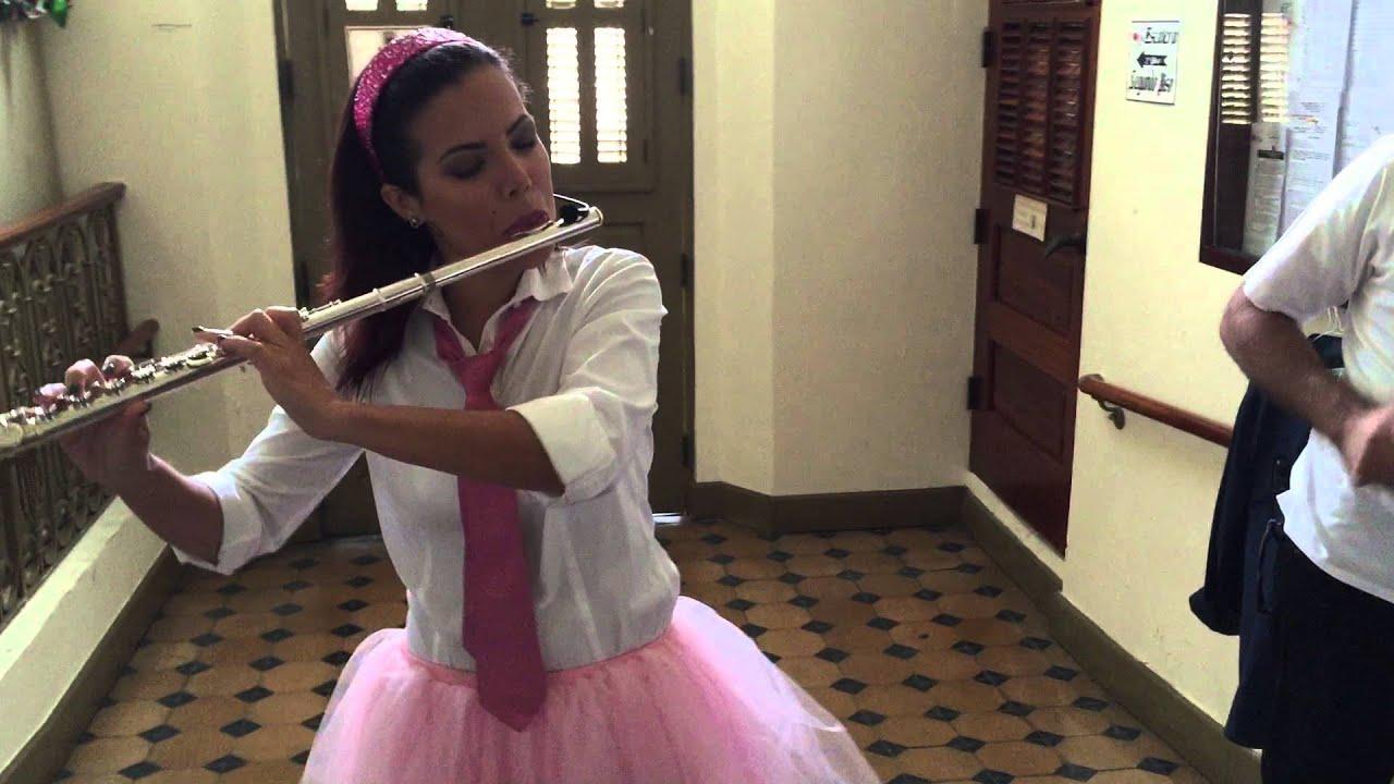 Clara de Atención Atención tocando la flauta en los camerinos