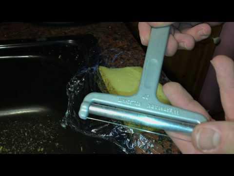 Käsehobel benutzen Käse am Stück schneiden Anleitung