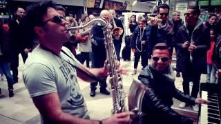 Un piano nella stazione di Montparnasse a Parigi-Matthew Lee rocks Montparnasse in PARIS#pianoengare