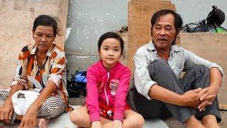 Bé gái xinh đẹp bị mẹ bỏ rơi phải theo ông bà ngoại nhặt ve chai được dẫn đi mua sắm