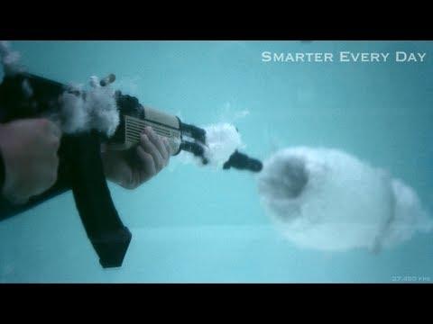 Zpomalený záběr střílení pod vodou #2