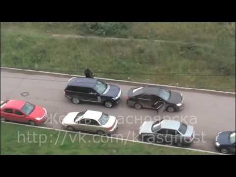 В Красноярске люди с автоматами насильно посадили мужчину в автомобиль