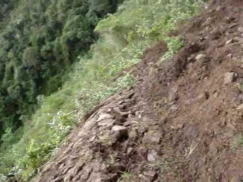 Increíble: bus desaparece en el precipicio y es filmado