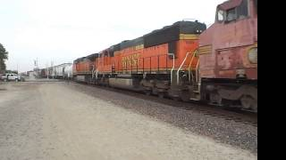 preview picture of video 'BNSF 552 E and BNSF 4012 E @ Hanford [HD]'