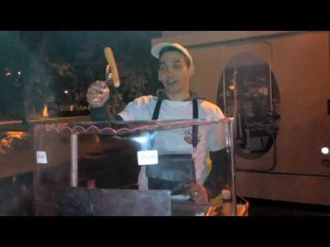 Смелый парень продвигает новый бизнес на набережной Волги в Самаре.