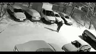 Смотреть онлайн Добрый сосед почистил чужие машины от снега