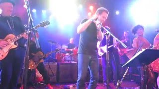 Юэн Макгрегор, Ewan McGregor & Gary Oldman perform & prove White Men Can't Dance at Bowie Tribute!