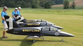 שלושה טיסני אלבטרוס L39 סילוניים בטיסה משותפת