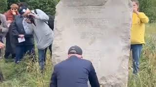 W czapce bejsbolówce w imieniu Prezydenta RP kwiaty na pomniku złożył minister Kolarski.