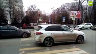 В центре Ростова водитель напал с оружием на автомобилиста