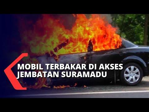 mobil terbakar di akses jembatan suramadu mobil menabrak tiang listrik