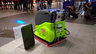 Wettbewerb der Reinigungsroboter   Adlatus CR 700