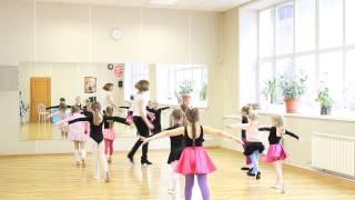 Смотреть онлайн Как маленькие дети учат танец Ча-Ча-Ча
