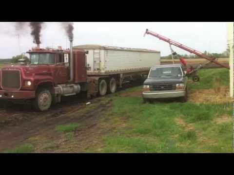 1978 mack RL 700 pullin 25 tons of wheat through mud