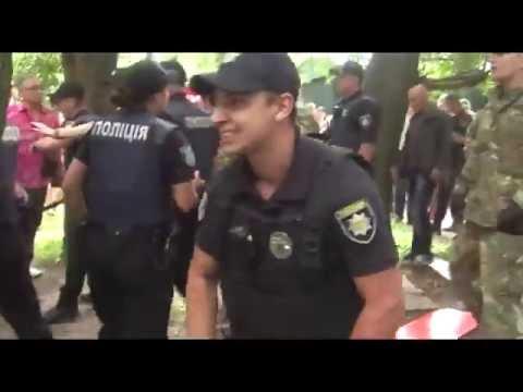 Полиция и боевики в камуфляже избивают людей