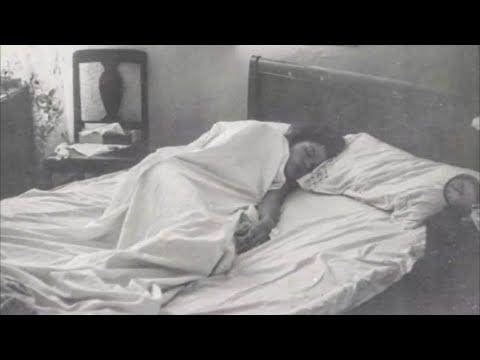 Родители поставили камеру в комнате дочери, чтобы узнать, почему она по утрам просыпается с синяками