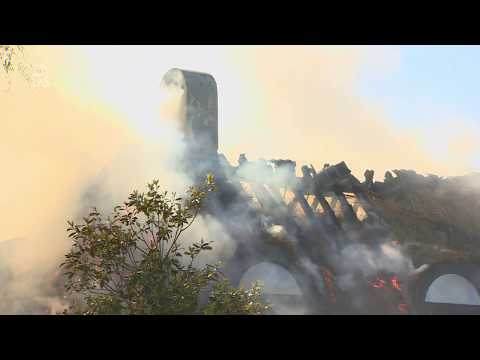 Villa met rieten kap verloren door brand; maar hoe blus je dat?