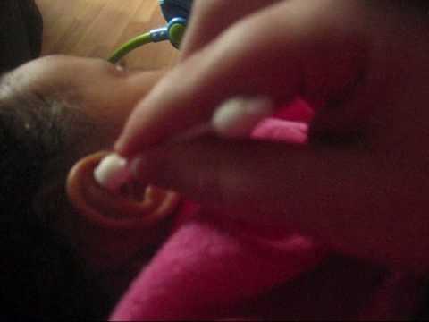 Πως να καθαρίσετε τα αυτιά του μωρού σας