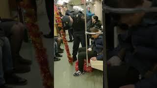 2018. В Московском метро задержали Деда Мороза