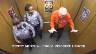 Смотреть онлайн Шерифы в форме устроили танцы в лифте
