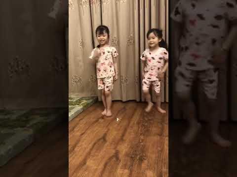 * Cùng xem hai chị em Thảo Vy - Phương Nhi lớp mẫu giáp nhỡ B2 học bài múa Cá vàng bơi.
