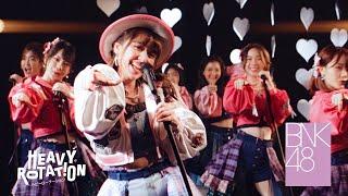 『Heavy Rotation』 Lyrics: Yasushi Akimoto Music: Yo Yamazaki  Arrangement: Yousuke Tanaka  Thai Lyrics Arrangement: Pongchuk Pissathanporn, Tanupop Notayanont   Senbatsu Members BNK48 Team BIII Cherprang Areekul (Cherprang), Jennis Oprasert (Jennis), Kanteera Wadcharathadsanakul (Noey), Kunjiranut Intarasin (Jane), Natruja Chutiwansopon (Kaew), Plearnpichaya Komalarajun (Juné), Punsikorn Tiyakorn (Pun), Rachaya Tupkunanon (Minmin), Weeraya Zhang (Wee)  BNK48 Team NV Natticha Chantaravareelekha (Fond), Pimrapat Phadungwatanachok (Mobile), Praewa Suthamphong (Music), Milin Dokthian (Namneung), Patchanan Jiajirachote (Orn), Jiradapa Intajak (Pupe), Isarapa Thawatpakdee (Tarwaan)  BNK48 Official Facebook : www.facebook.com/bnk48official  BNK48 Official Twitter : www.twitter.com/bnk48official  BNK48 Official Instagram : www.instagram.com/bnk48  BNK48 Official TikTok : https://www.tiktok.com/@bnk48official_th  BNK48 Official Website : www.bnk48.com
